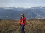 Kobieta w górach, na szczycie, w tle szczyty Alp przyprószone śniegniem