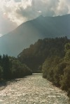 Rzeka Socza na tle masywu górskiego w Alpach Julijskich w Słowenii