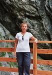 Kobieta na maoście na tle skały