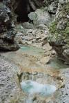 Szmaragdowo-turkusowa woda w rzece Socza w Alpach Julijskich