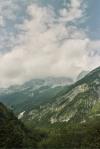 Górskie szczyty Alp Julijskich w chmurach