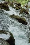 Bliskie ujęcie wody w potoku Socza w Alpach Julijskich w Słowenii