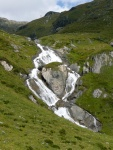 Górski potok spływający po skałach w Wysokich Taurach w Austrii
