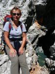 Kobieta na tle skalnego okna na górze Prisojnik w Alpach Julijskich