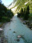 Zielono-niebieska rzeka na tle gór, Socza w Alpach Julijskich