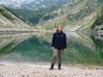 Kobieta na tle jeziora w Alpach Julijskich w Słowenii