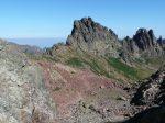 Wysokie, postrzępione szczyty na szlaku GR 20 na Korsyce